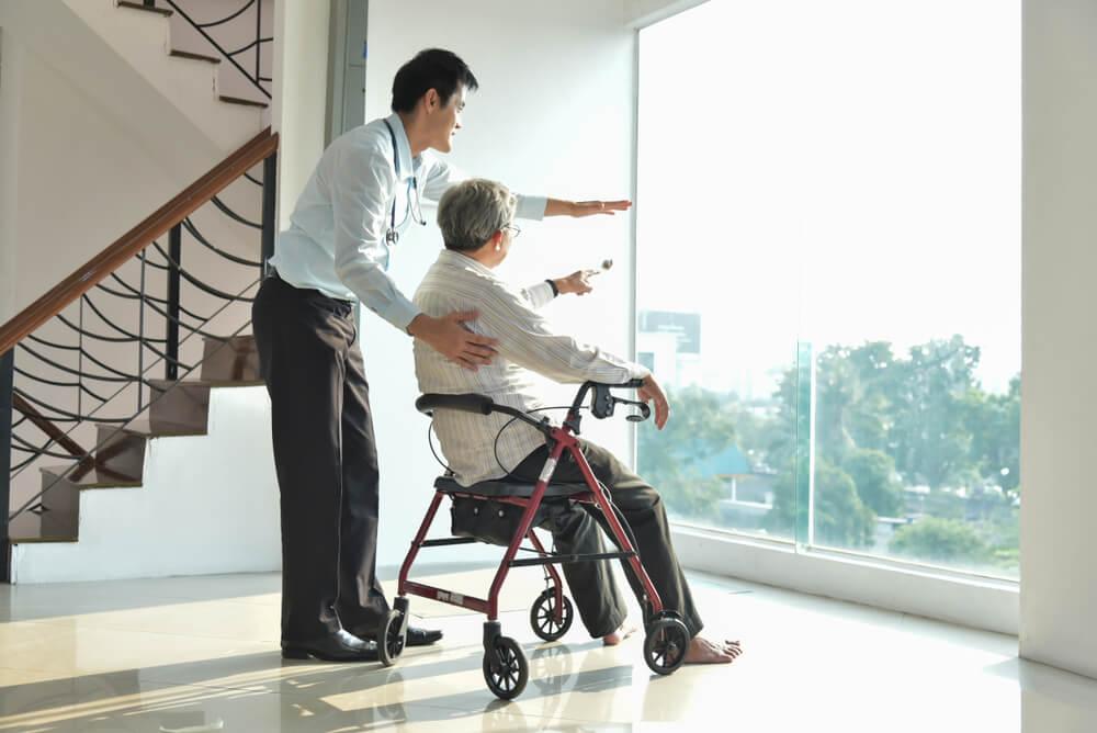 高級老人ホームと安い老人ホームを体験してみない?